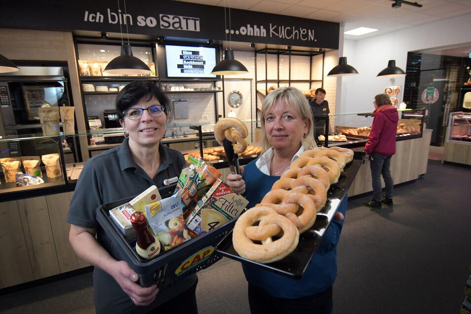 Sylvia Heller, Leiterin des CAP-Marktes in der Waldheimer Hechtgalerie (links), und Geschäftsführerin Annette Wüchner bereiten einen Abhol- und Bringeservice für die Kunden vor.