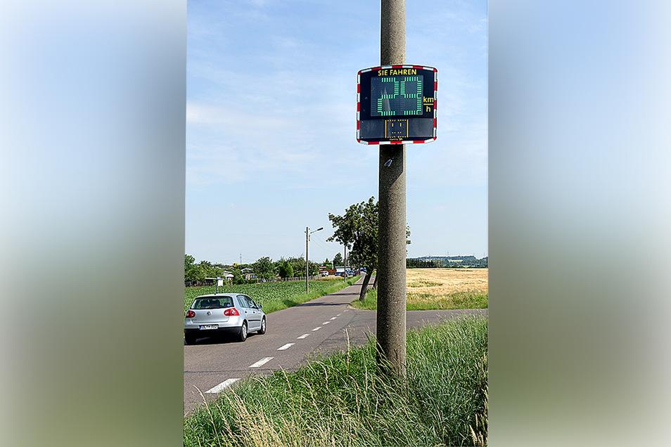 Das Ordnungsamt hat am Holländerweg eine ihrer Geschwindigkeitsmesstafeln aufgehängt. Sie speichert die Anzahl und Geschwindigkeit der Fahrzeuge.
