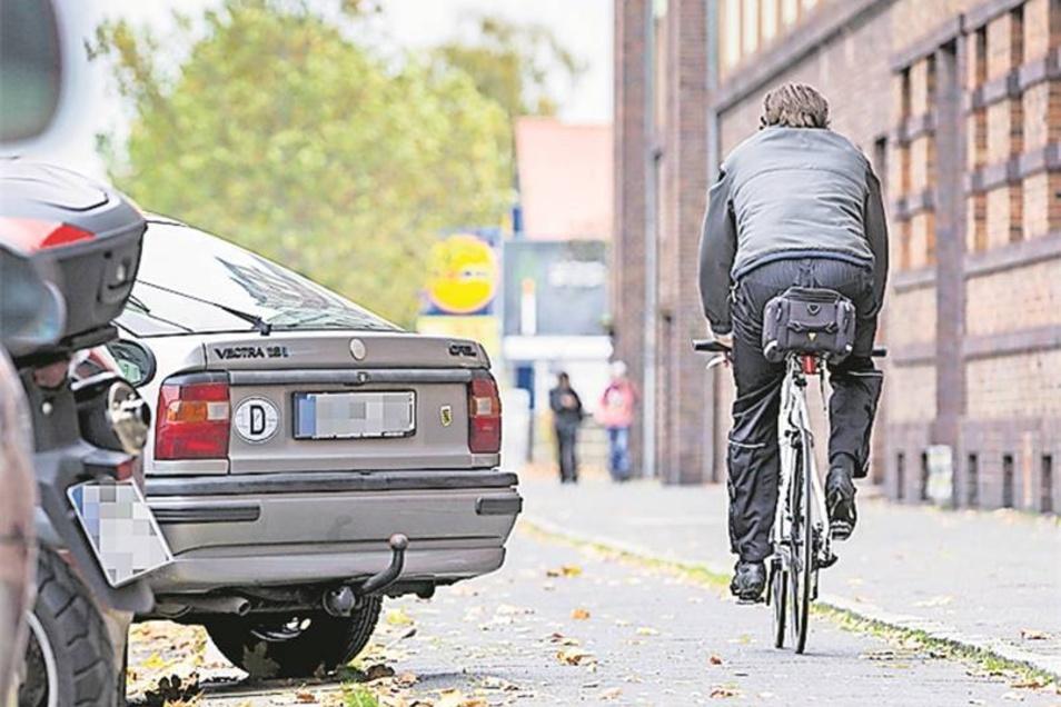 Zugeparkter Radweg: Radler müssen auf der Hansastraße oft im Zickzack um die Autos herumfahren.