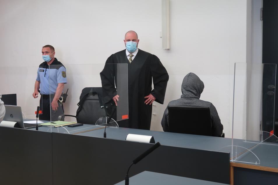 Vermummt, verdeckt, verurteilt: Hausmeister Thomas O. (r.), mit seinem Verteidiger Wolfgang Mond, wurde nach einem viermonatigen Prozess am Landgericht Dresden wegen schweren Kindesmissbrauchs verurteilt.