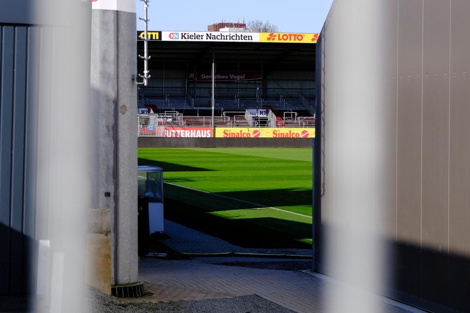 Das Spielfeld im Kieler Stadion ist am Spieltag leer:  Wegen eines erneuten Corona-Falls in der Kieler Mannschaft wurde das Heimspiel gegen Jahn Regensburg kurzfristig abgesetzt.