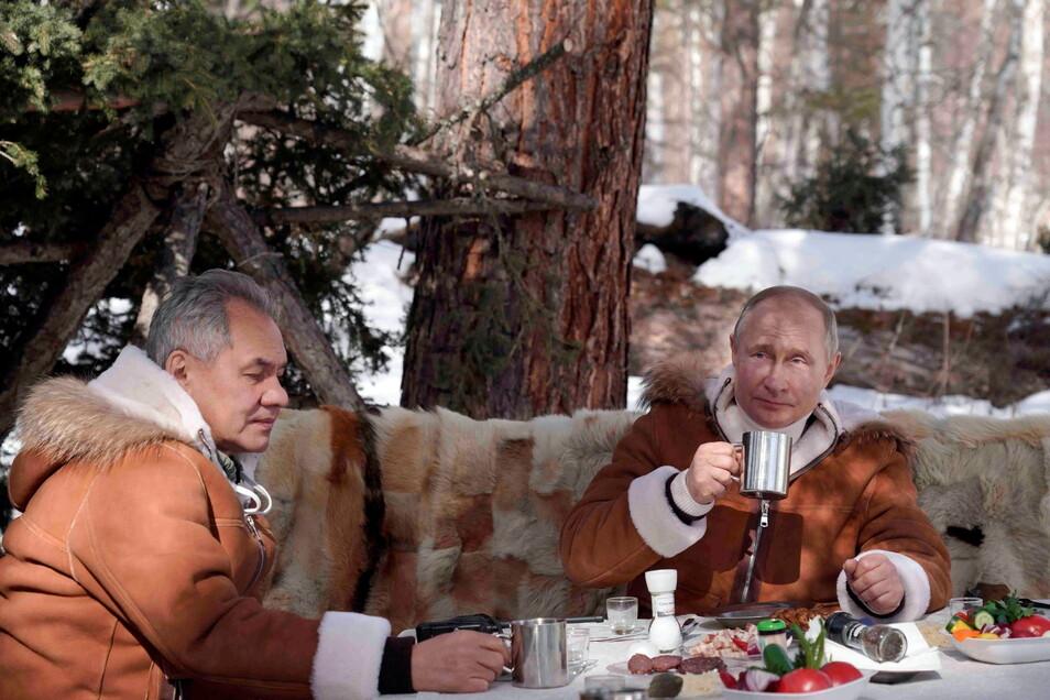 Der sonst wenig öffentlichkeitsscheue russische Präsident Wladimir Putin will sich nicht öffentlich impfen lassen. Im Rest des Landes läuft die Impfkampagne eher schleppend, erst drei Prozent der Russen sind vollständig geimpft.