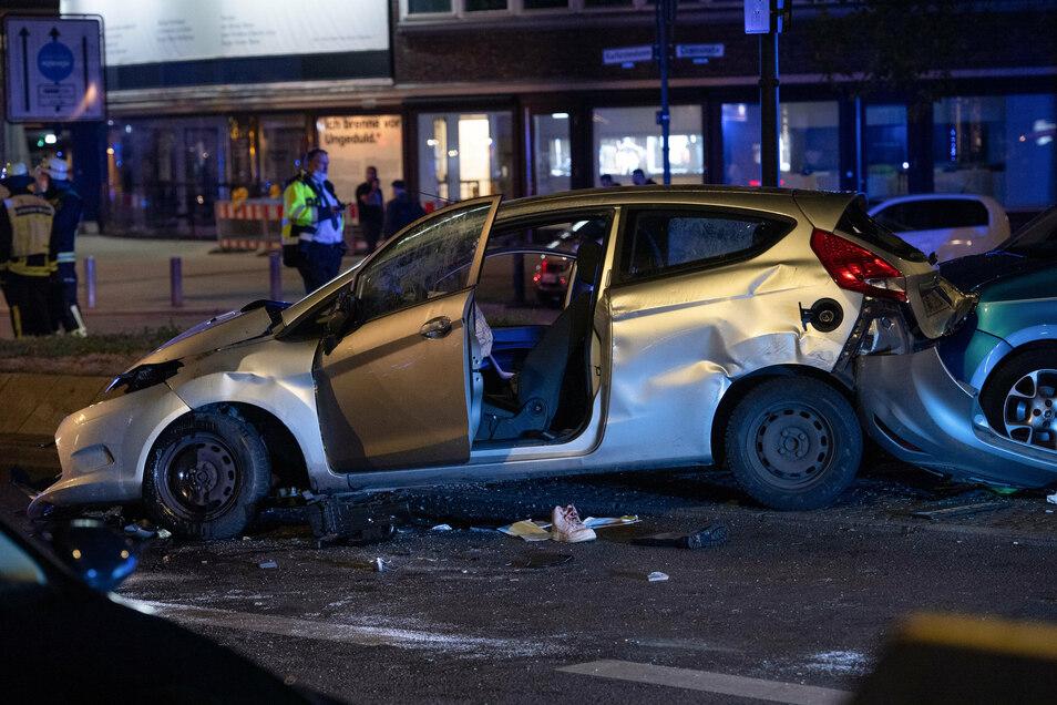 Am Montag wurden in Berlin - vermutlich nach einem illegalen Rennen - eine 45-jährige Autofahrerin lebensgefährlich und ihre 17-jährige Tochter schwer verletzt.