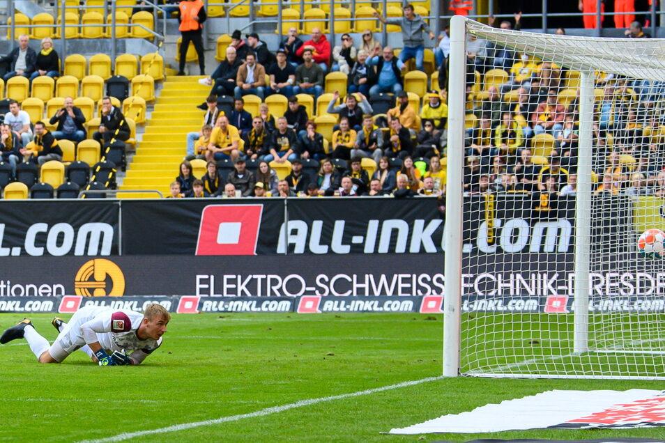 Dynamos Torwart Kevin Broll hat bereits zum dritten Mal das Nachsehen. Paderborn macht mit Dynamo kurzen Prozess.
