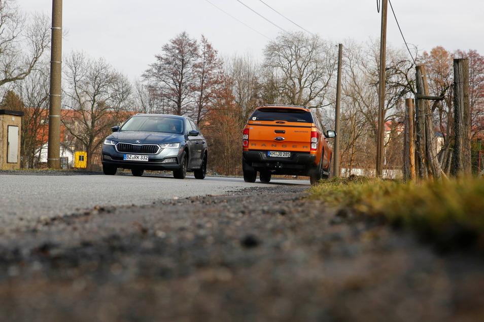 Hier können sich zwei Autos kaum begegnen: Weil auf der Bachstraße in Pulsnitz in Höhe des Rehgeheges die Ränder runtergebrochen war, wurden diese jetzt ausgebessert.