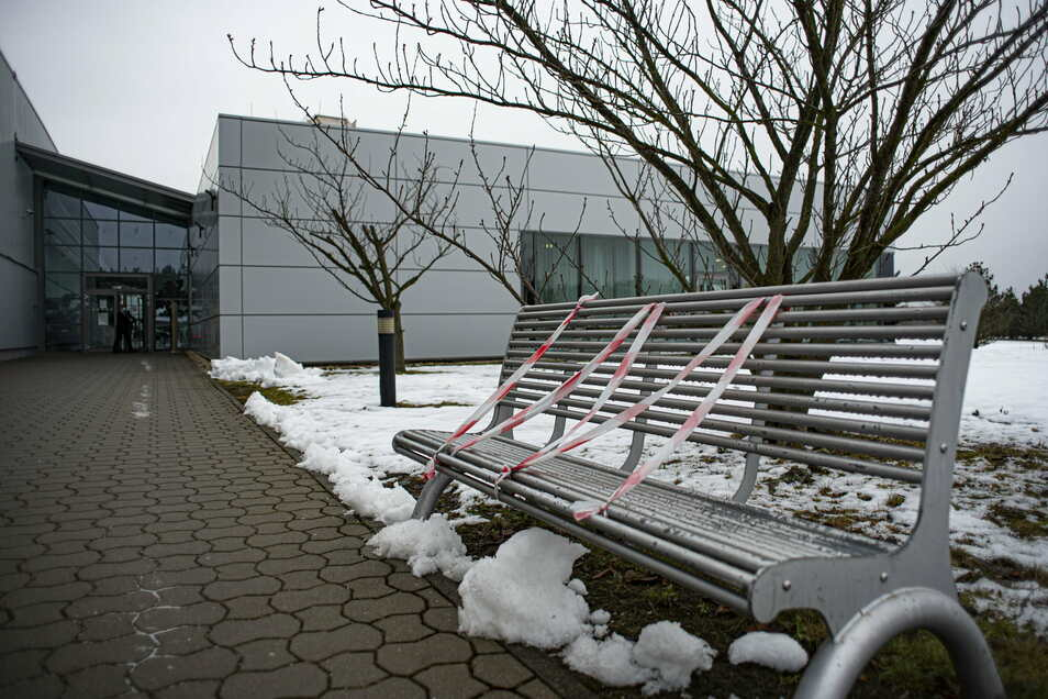Auch die Sitzbänke auf dem Werksgelände sind gesperrt, damit die Belegschaft Abstand hält. Das war schon im vorigen Lockdown so.