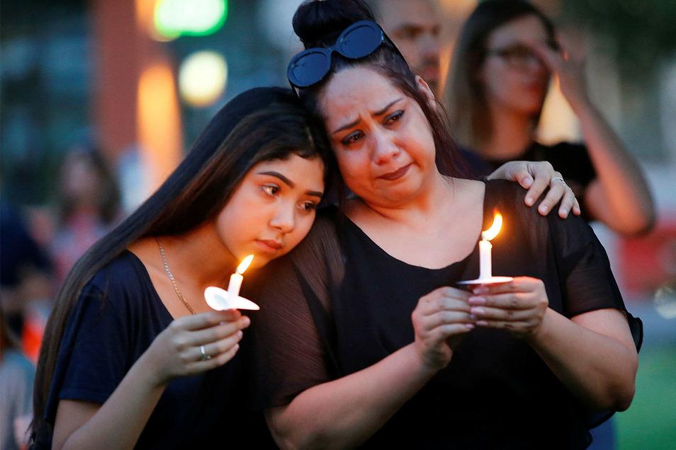 Monica Martinez (r) und ihre Tochter Tory betrauern in El Paso die Opfer des Massakers.