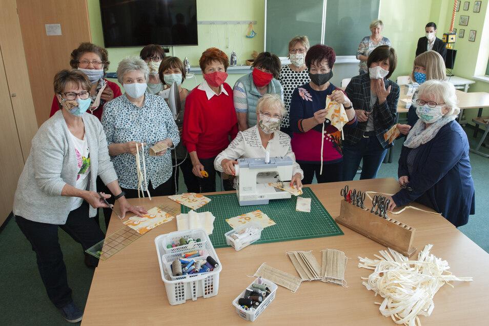 Selbst beim abschließenden Fototermin kaum zu bremsen: Insgesamt 16 Frauen meldeten sich, um freiwillig Mund-Nasen-Schutz-Masken zu nähen. Die Bilanz: 800 Stück in zweieinhalb Wochen.