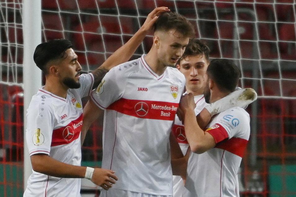 Stuttgarts Nicolas Gonzales (l-r), Torschütze Sasa Kalajdzic, Mateo Klimovicz und Gonzales Castro jubeln nach dem Tor zum 1:0.