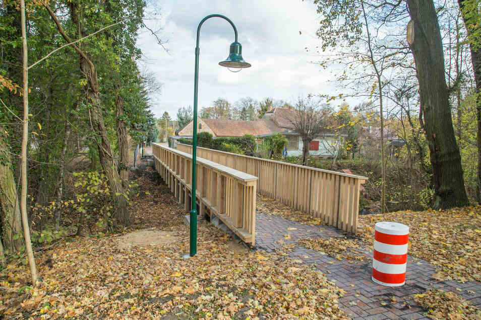 Die neu gebaute Schmiedebrücke führt über den Schwarzen Schöps in das angrenzende Teichgebiet.