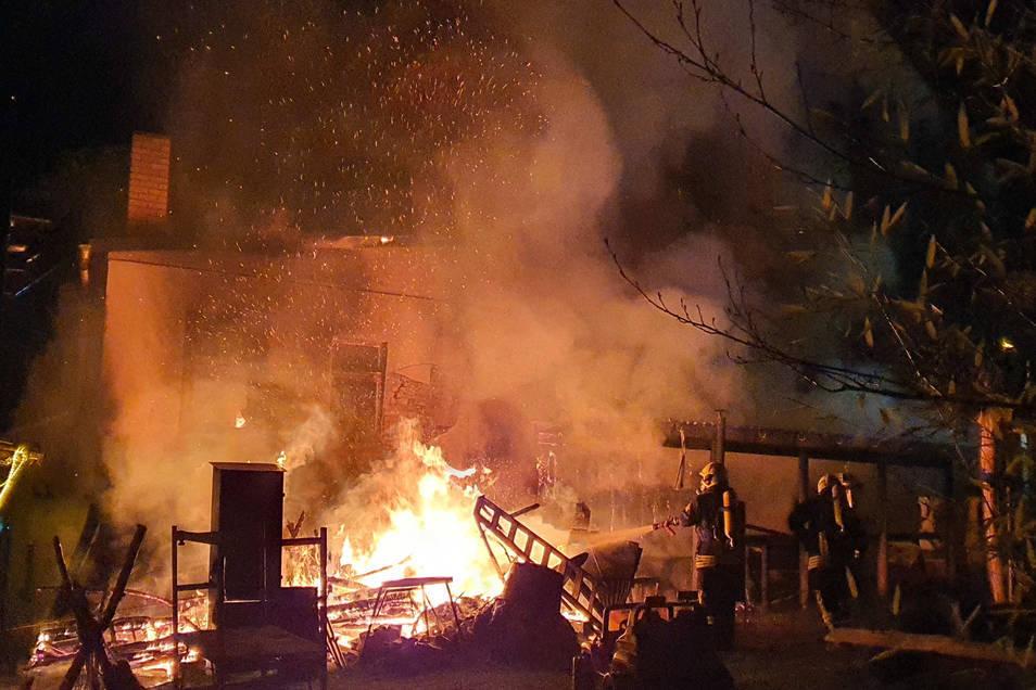 Lichterloh brannten am 28. März die Anbauten der Großschönauer Bäckerei an der Hauptstraße.