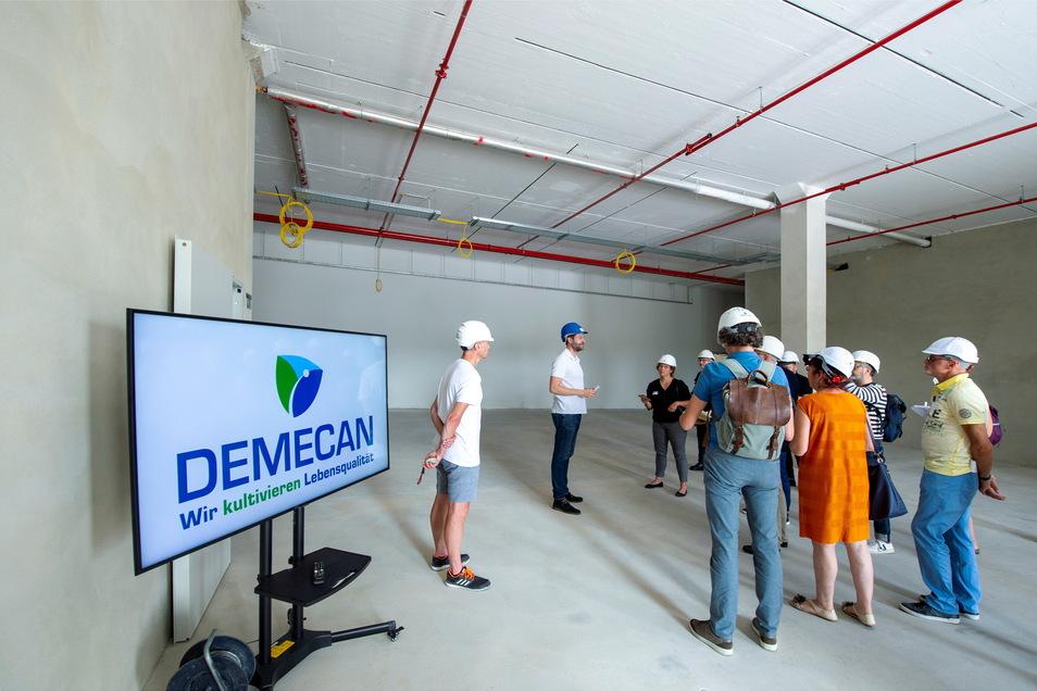 Arzt Adrian Fischer (2.v.l.) erläutert den Besuchern das Gebäude, an dem noch bis Oktober gebaut werden soll.