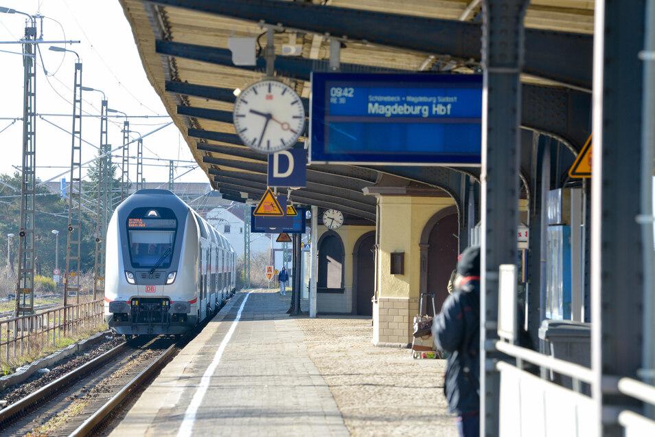 Bahnhöfe wirkten wochenlang wie ausgestorben, doch mittlerweile fahren wieder mehr Menschen mit den öffentlichen Verkehrsmitteln.