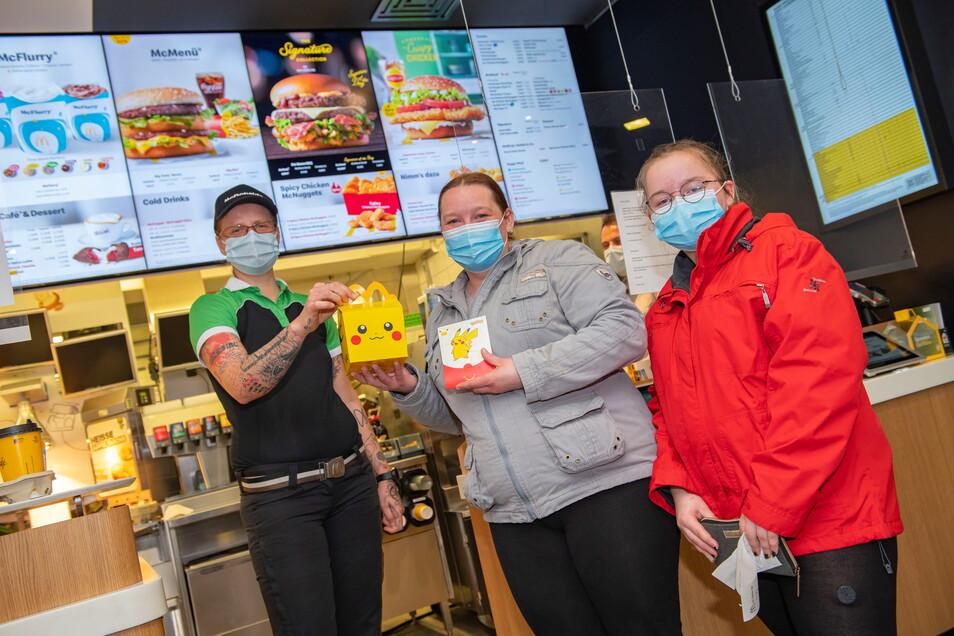 Eine McDonald's-Mitarbeiterin übergibt Susanne Herrmann und ihrer Tochter Joana in Thiendorf ein Happy Meal. Das wollen die Großräschener für die jüngere Tochter Kimberly mitnehmen.
