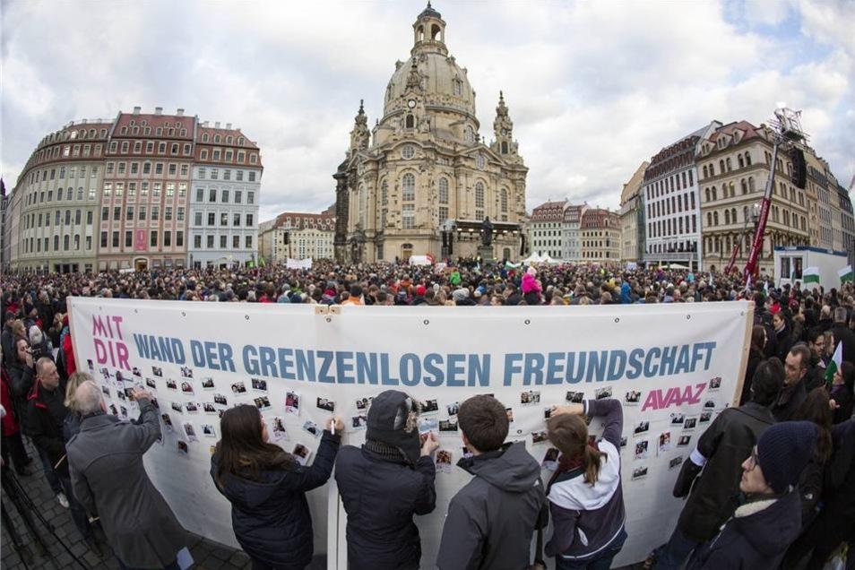 Mit der Wand  will die Bürgerorganisation Avaaz  ein Zeichen gegen die Anti-Islam-Bewegung Pegida setzen.