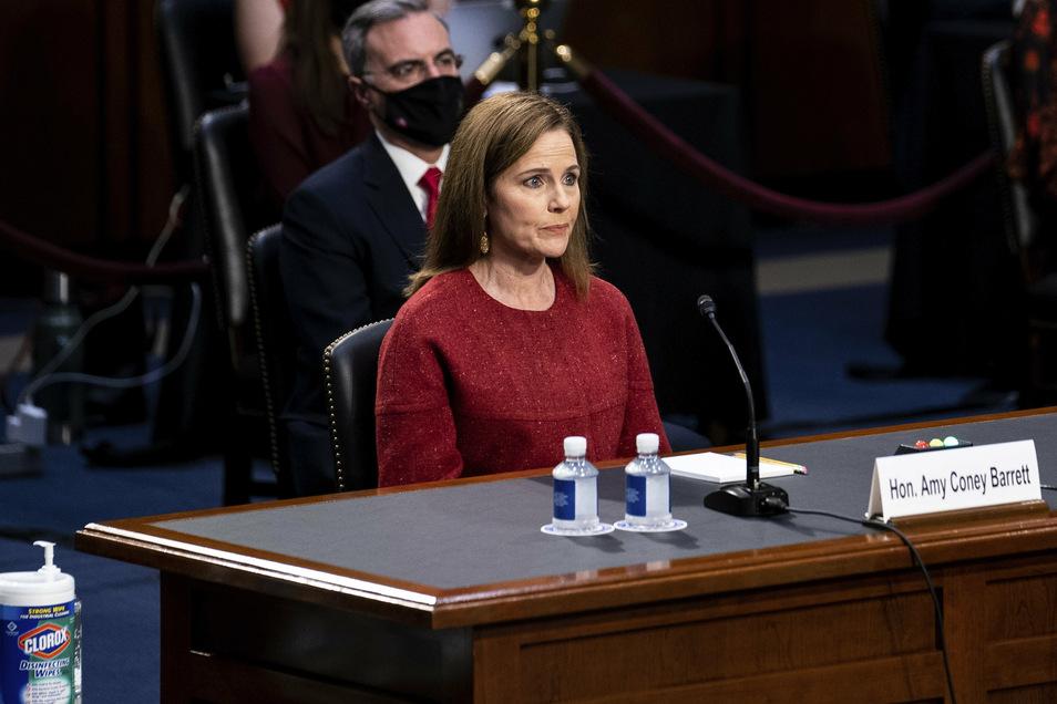 Amy Coney Barrett stellt sich Fragen der Senatoren am zweiten Tag der Anhörung vor dem Justizausschuss des Senats auf dem Capitol Hill.