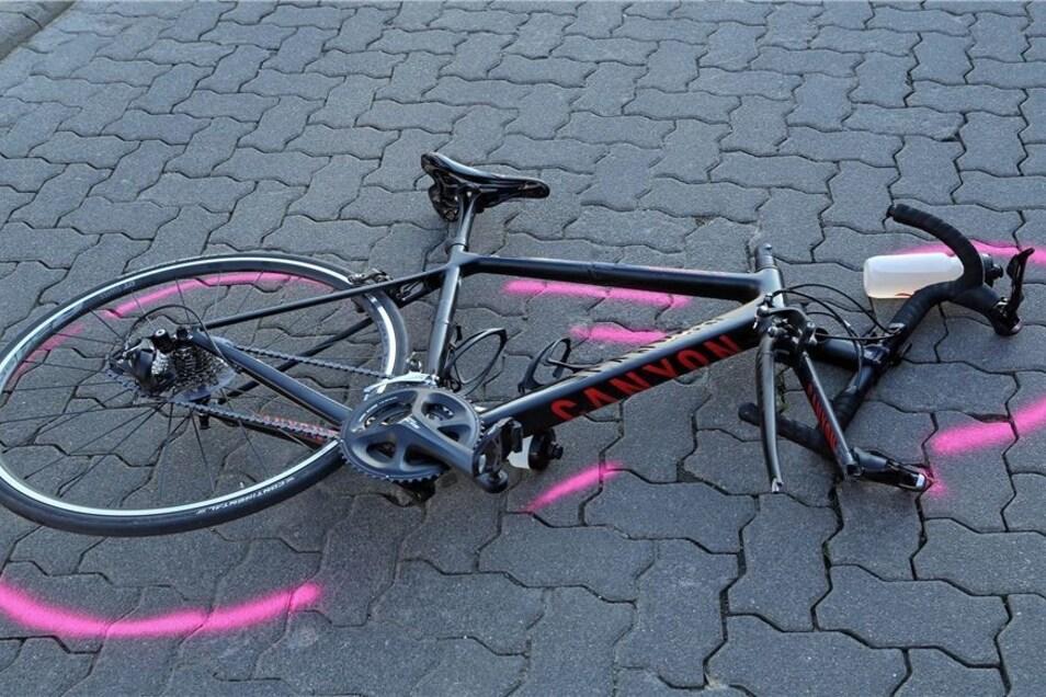 Das teure Rennrad ist nach dem Unfall nur noch Schrott. Der Radler verletzte sich schwer und wurde mit dem Rettungswagen ins Krankenhaus gebracht.