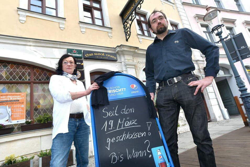 Elke Mäffert und ihr Mitarbeiter Matthias Bensch im Frühjahr vor dem Irish Pub auf der Zittauer Neustadt. Schon damals musste die Zittauer Kneipe acht Wochen schließen. Nun sind es schon über elf Wochen.