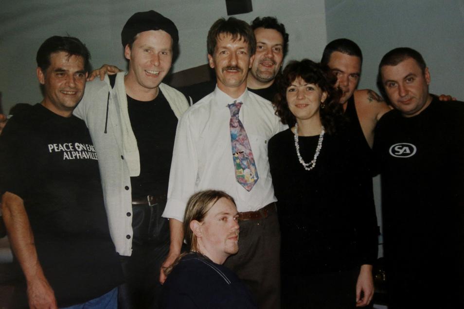 Schnurrbart und gewagte Krawatte: So waren die 90er. Frank Rehm (M.) holte auch Alphaville in die Region.