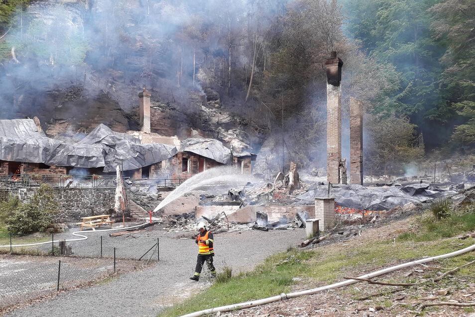 Viel blieb nicht übrig von den Blockhütten nach dem Brand.