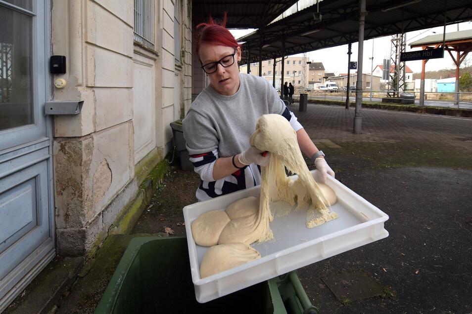 Jana Kalisch, Geschäftsführerin von Freddy Fresh im Döbelner Hauptbahnhof, entsorgt 115 Teiglinge für Pizzen unterschiedlicher Größe. Sie sind unbrauchbar geworden.