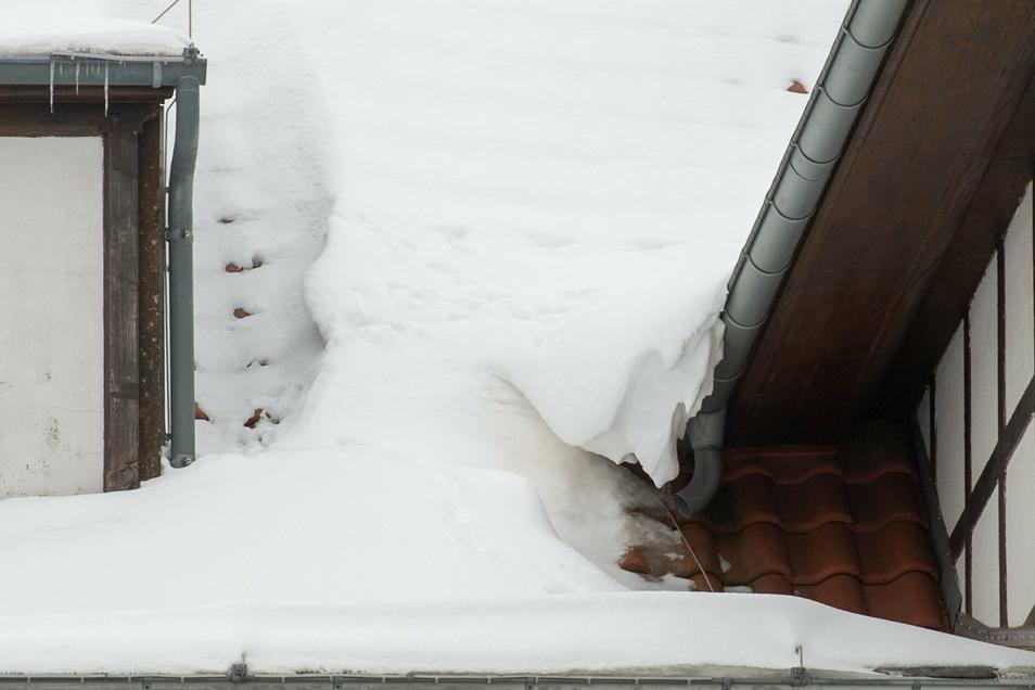 Ein Schneeüberhang kann momentan für Passanten zu enormer Gefährdung führen. Am Donnerstag gab es diesbezüglich einen Feuerwehreinsatz in Großenhain.