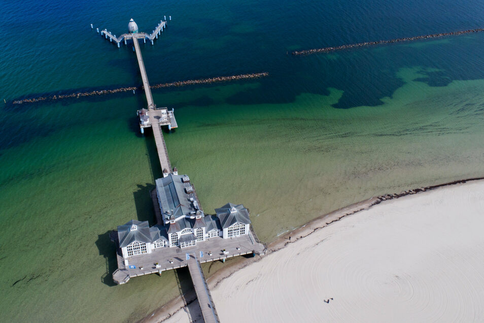 Menschenleer ist die Strandpromenade mit der Seebrücke im Ostseebad Sellin auf der Insel Rügen.