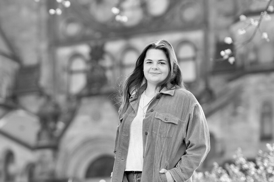 Lisa-Marie Eberharter, 22, vor der Dresdner Garnisonskirche. Die Österreicherin hat 2020 den Bachelor in katholischer Theologie und Geschichte an der TU gemacht und ist jetzt Masterstudentin.