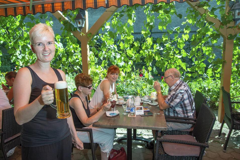 Elbcafé-Chefin Manuela Richter serviert ihren Gästen ein kühles Bier.