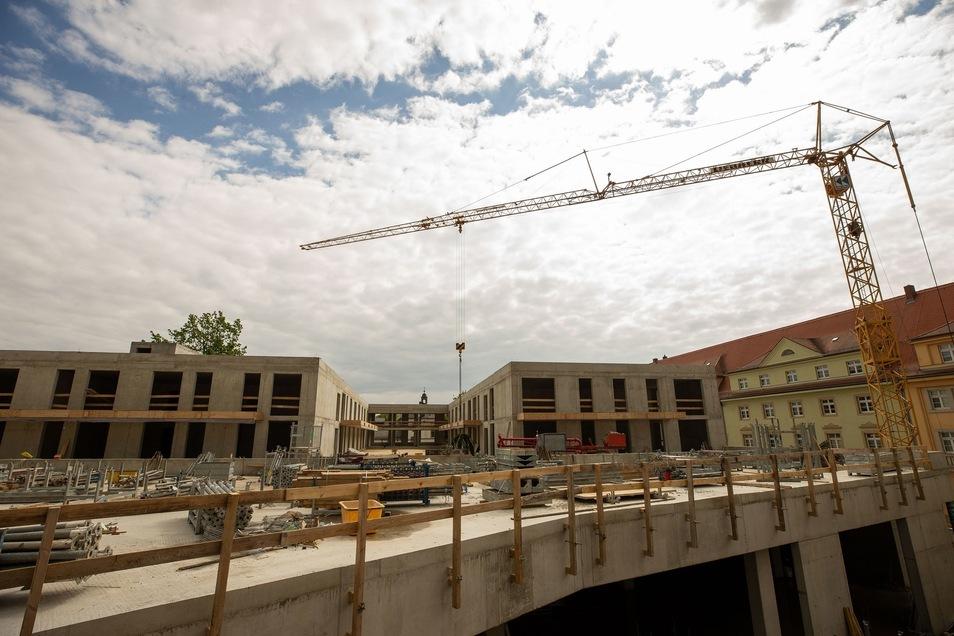 Blick zu den künftigen Wohnungen. Das Erdgeschoss-Dach im Vordergrund soll begrünt und begehbar werden.