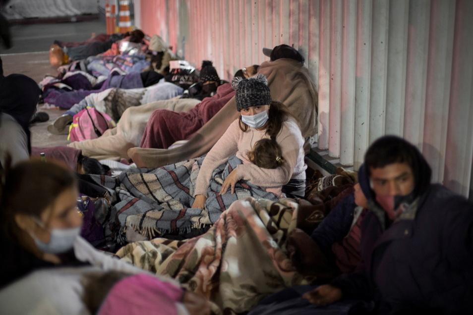 Mexiko, Tijuana: Dutzende Migranten schlafen in der Nähe des Grenzübergangs El Chaparral und warten darauf, dass die US-Behörden sie einreisen lassen.
