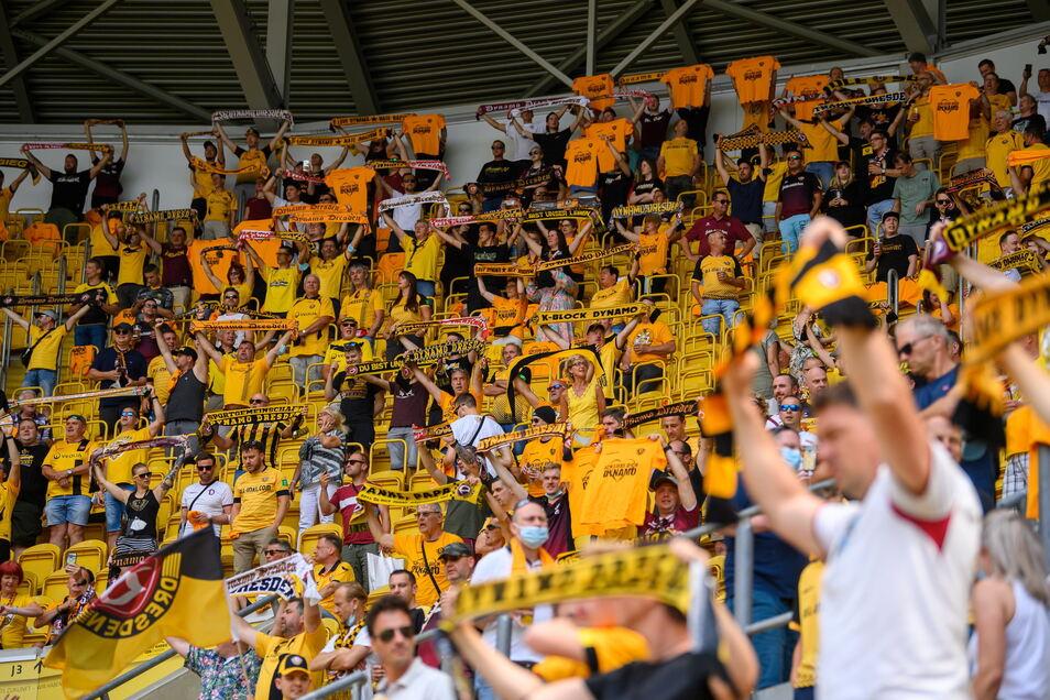 Dynamo zurück in der zweiten Liga - und die Fans im Stadion. Das passt gleich zum Auftakt beim klaren Heimsieg gegen Ingolstadt.
