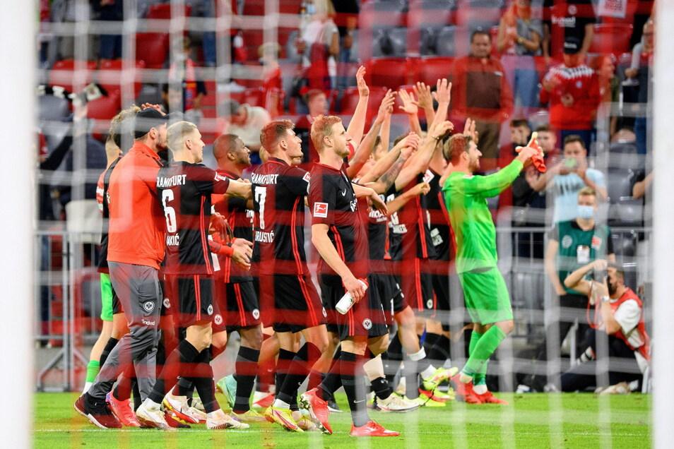 Die Frankfurter Mannschaft feiert den Sieg gegen den FC Bayern München in der Allianz Arena.