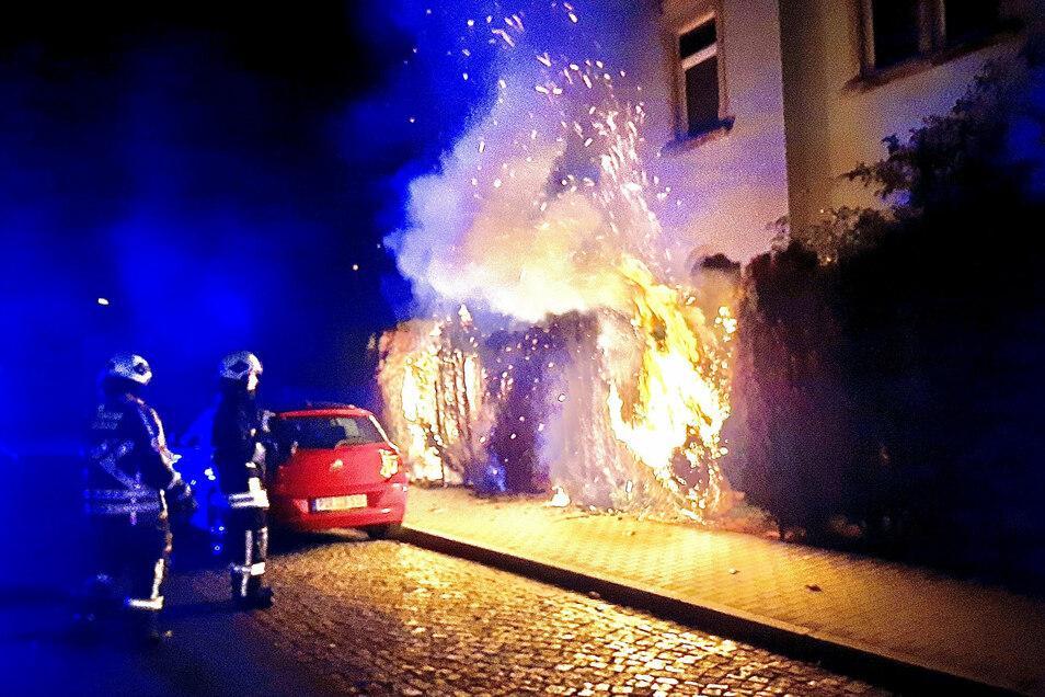 Die Hecke in einem Vorgarten in Heidenau ging in Flammen auf.