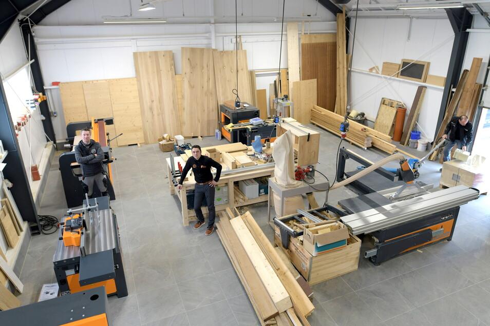 Die letzten neuen Maschinen werden in der Holzmanufaktur des Oderwitzer Fliesenverlegebetriebes Patrick Tschotow gerade eingerichtet.