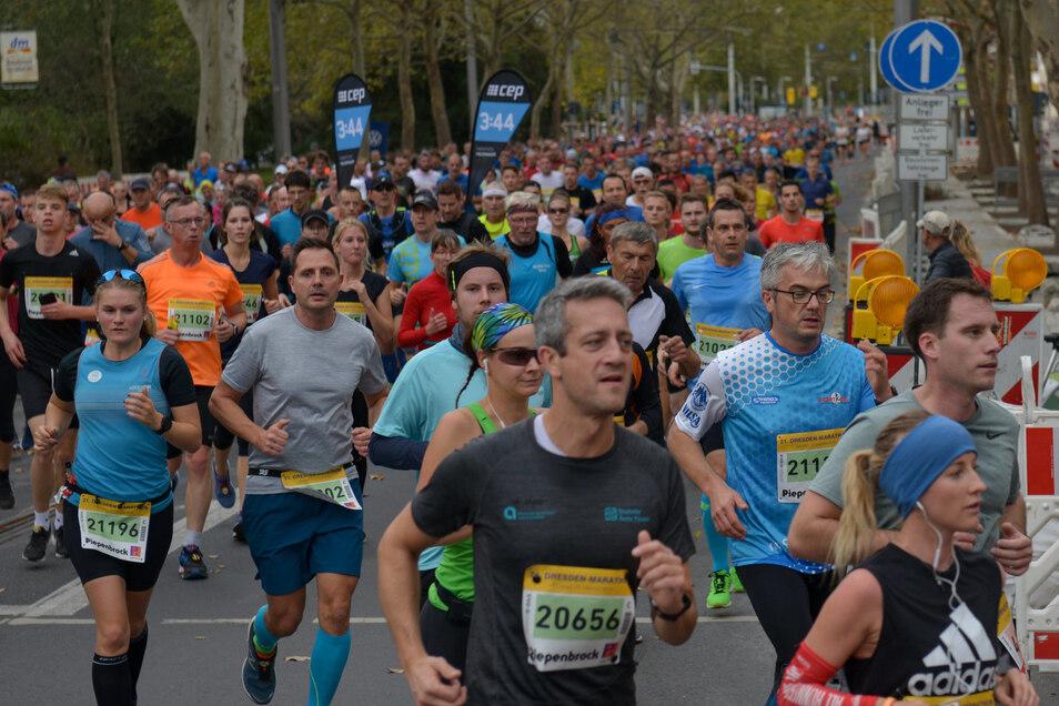 Am Sonntag gehört die Straße den Läufern - und es ist genauso eng wie im Berufsverkehr.Foto: Cristian Juppe