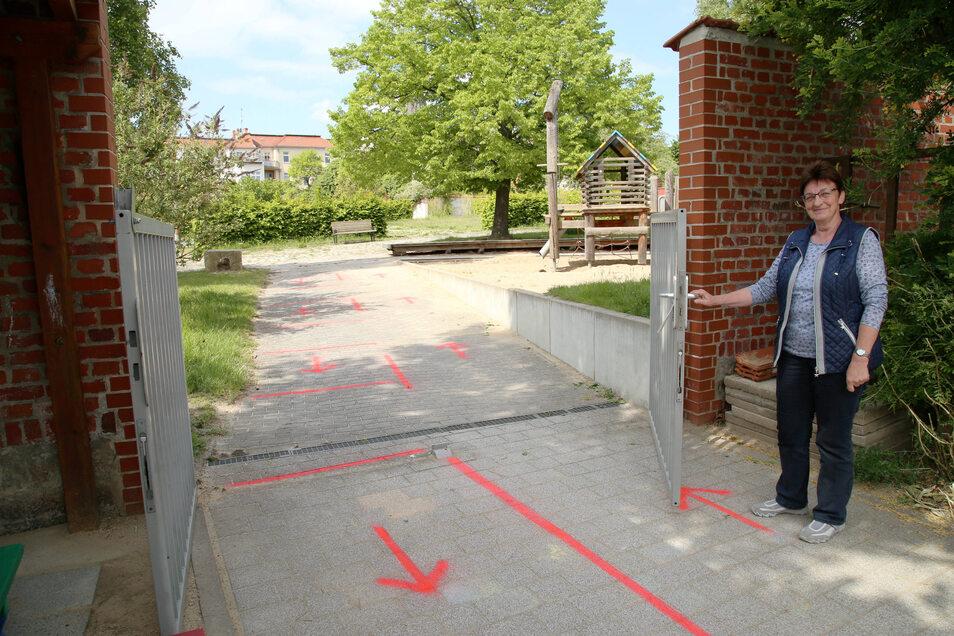 Elvira Kühn ist die Leiterin im städtischen Kinderhaus Kinderinsel Kunterbunt in Görlitz. Für die Rückkehr der Kinder hat sie unter anderem die Außenflächen markieren lassen.