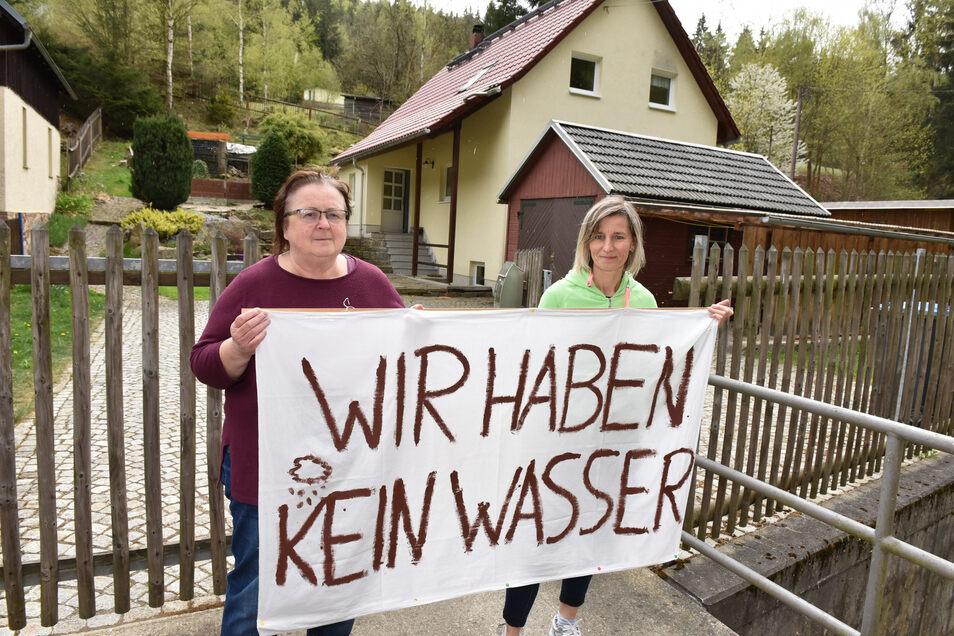 Sabine Weidner (re.) und Jutta Voigt kämpfen darum, dass ihre Grundstücke im Schmiedeberger Pöbeltal an das Trinkwassernetz angeschlossen werden.
