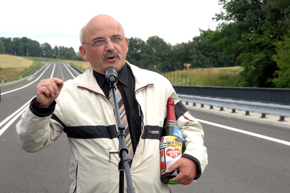 Michael Hiltscher, Sprecher der IG B178, bringt zu wichtigen Anlässen mit Bezug zu der Straße - wie hier 2014 - oft eine Flasche B178-Sekt mit.