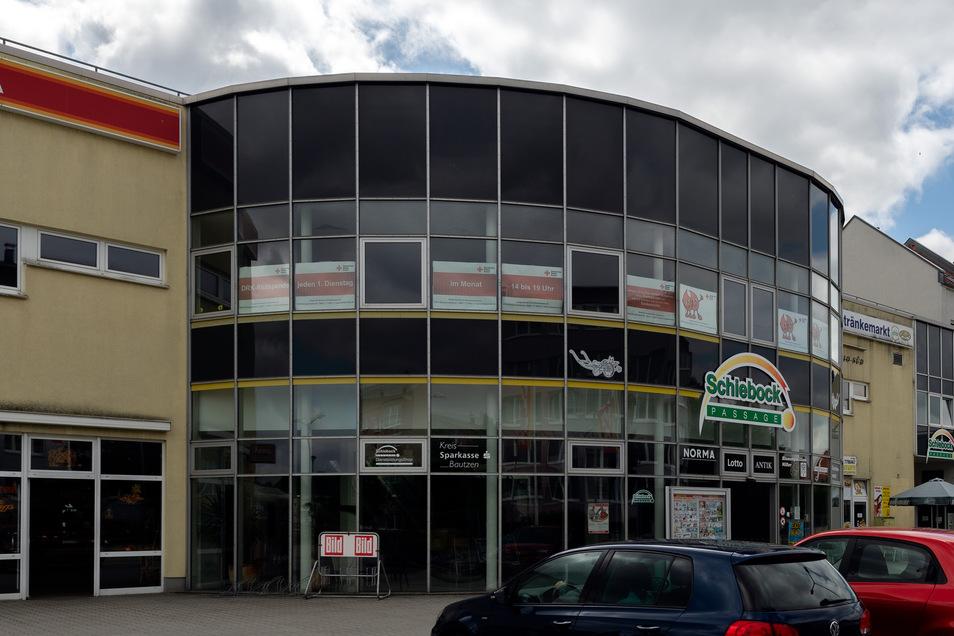 An der Schiebock-Passage in Bischofswerda Süd dürfte bald ein weiteres Firmenzeichen zu lesen sein – Thomas Philipps. Für den Sonderpostenmarkt, der noch in diesem Jahr einziehen möchte, werden zurzeit im Erdgeschoss mehrere kleinere Geschäftsräume zu ein