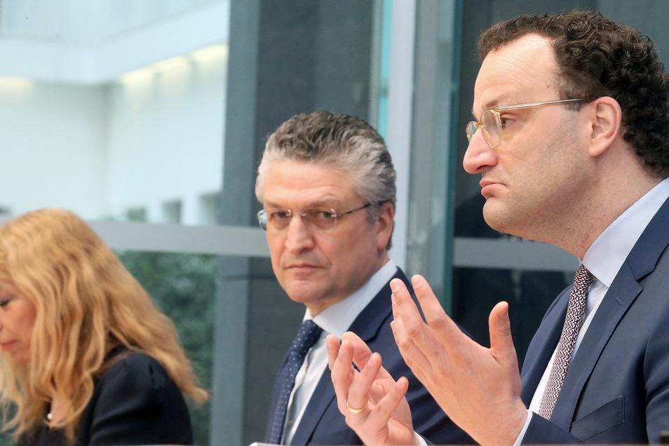 Lisa Federle (l-r), Leitende Notärztin und Pandemie-Beauftragte in Landkreis Tübingen, RKI-Chef Lothar H. Wieler und Minister Jens Spahn (CDU) beantworteten am Freitag Fragen von Journalisten.