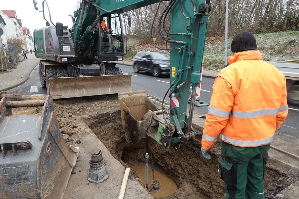 Mitarbeiter der Veolia haben am Donnerstag den Rohrschaden in der Dresdner Straße repariert. Die Baugrube wurde direkt an der Kreuzung zur Unnaer Straße ausgehoben.