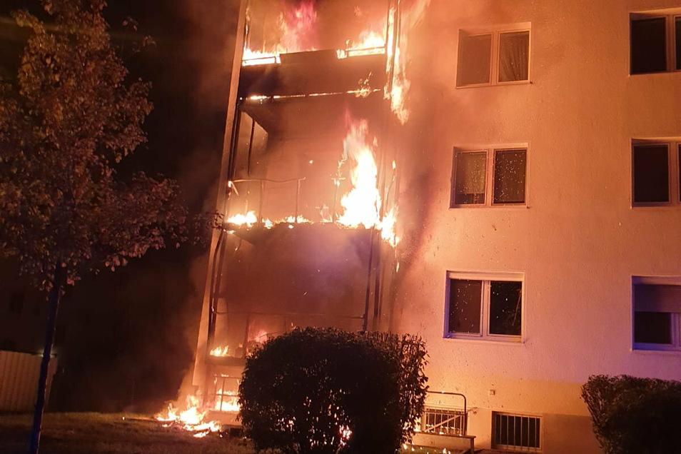 Vier Balkone eines Mehrfamilienhauses in der Trachauer Straße in Radebeul standen in der Nacht zum Sonnabend in Flammen.