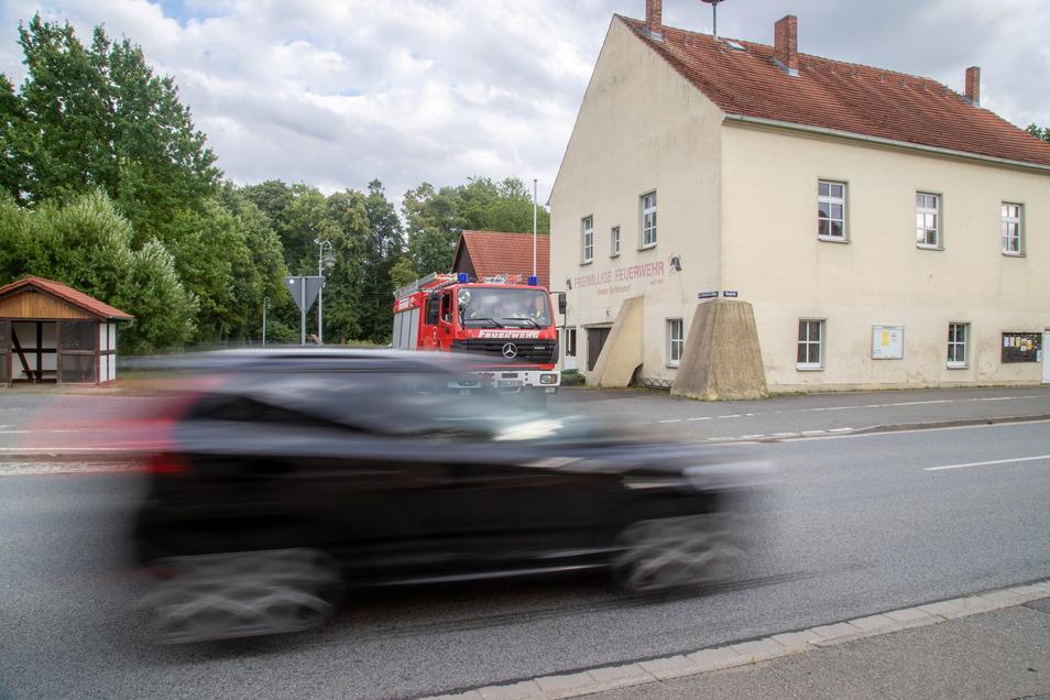 Wenn aufgrund von Tunnelsperrungen der Umleitungsverkehr die S122 in Nieder Seifersdorf verstopft, ist es für die Feuerwehr kaum möglich, zu Einsätzen auszurücken.
