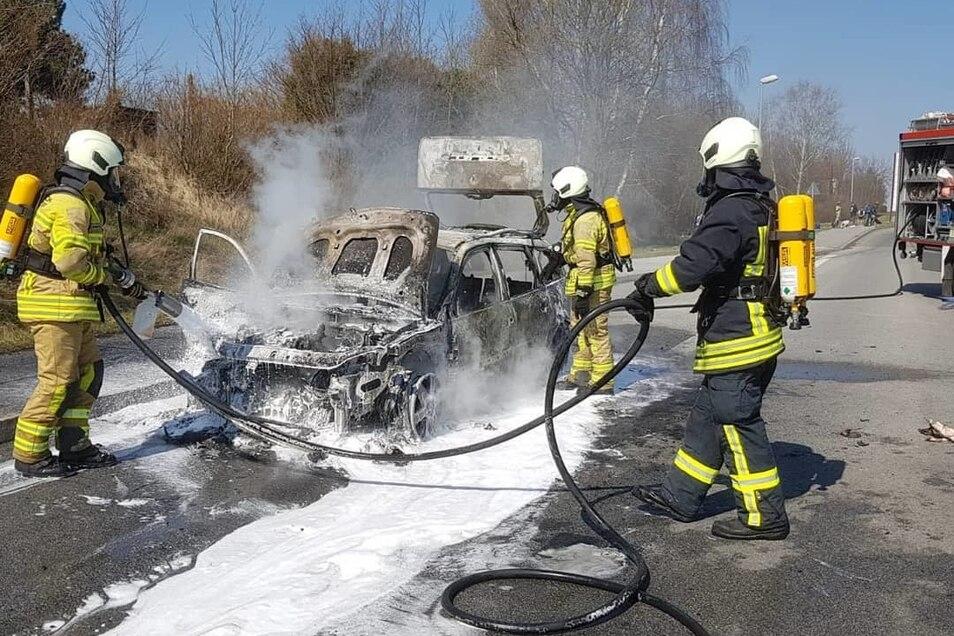 Die Feuerwehrleute konnten nur noch den Brand löschen, nicht aber das Auto retten.