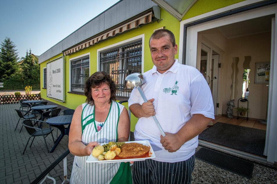 Chefin Elke Erbert und Koch Daniel Richter präsentieren ein Schnitzel mit Erbsen und Kartoffeln. Täglich stehen jeweils vier Speisen auf der Karte.