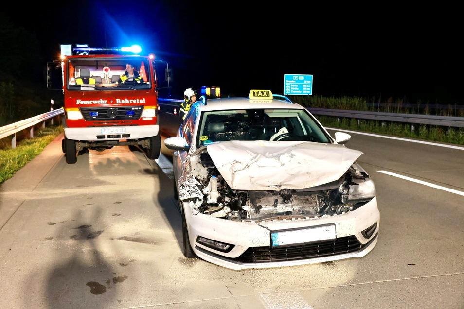 Bei dem Unfall wurde der Taxifahrer verletzt und musste ins Krankenhaus gebracht werden.