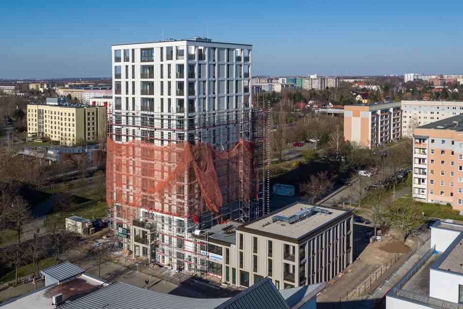 """Gerüstbauer haben das erste Drittel des neuen """"Lipsia-Turm"""" vom Baugerüst befreit."""