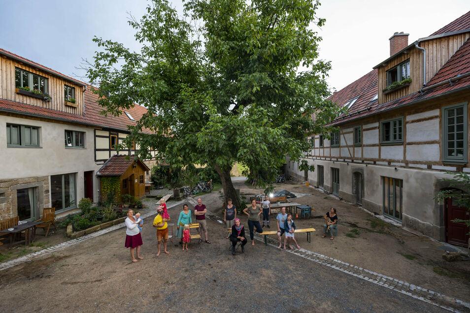 """Etwa 30 Menschen gehören der Gruppe """"Weinberg 21"""" an, die sich einen Dreiseithof in Dresden-Oberpoyritz gekauft hat."""