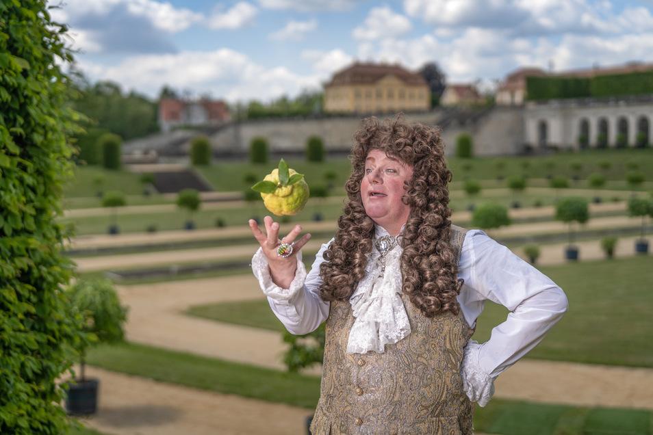 Diese olle Zitrone hat noch ziemlich viel Saft! August der Starke, vor 350 Jahren geboren, hier von Schauspieler Steffen Urban verkörpert, versucht sich als Südfruchtjongleur im Barockgarten Großsedlitz.